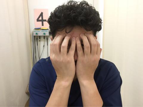 スマホ病。画面がチラつく。目がかすむ。あららマイッタ。頭痛もするわ。
